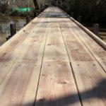 天然木の水上歩道